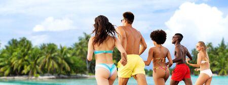 Photo pour Happy friends running on summer beach - image libre de droit