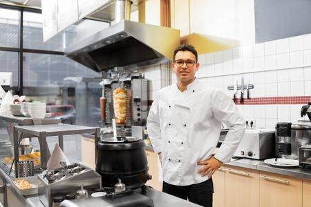 Photo pour chef at kebab shop - image libre de droit