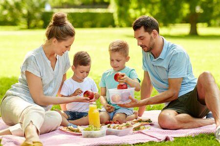 Photo pour happy family having picnic at summer park - image libre de droit