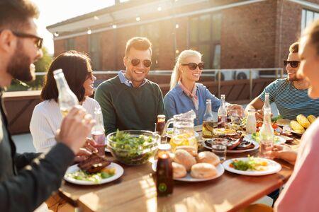 Photo pour friends having dinner or bbq party on rooftop - image libre de droit