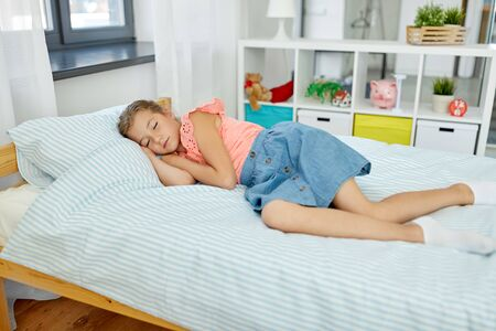 Photo pour little girl sleeping in her room at home - image libre de droit