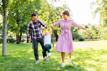 Photo pour happy family having fun at summer park - image libre de droit