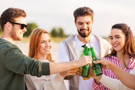 Photo pour friends toasting non alcoholic drinks on beach - image libre de droit