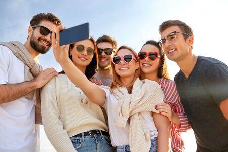 Photo pour happy friends taking selfie in summer - image libre de droit