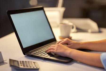 Foto de businesswoman with laptop at dark night office - Imagen libre de derechos