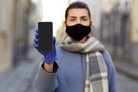 Photo pour woman wearing protective reusable barrier mask - image libre de droit