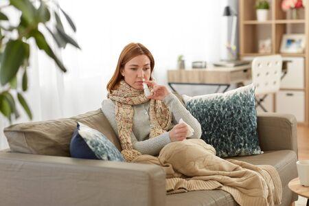 Photo pour sick woman using nasal spray at home - image libre de droit