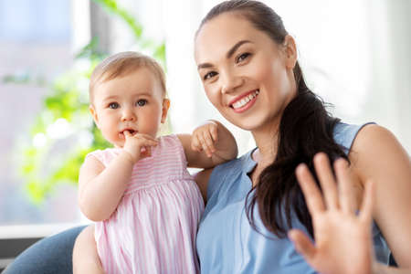 Photo pour happy mother with little baby daughter at home - image libre de droit