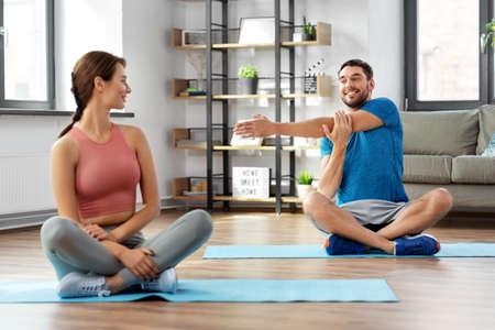 Photo pour happy couple exercising at home - image libre de droit