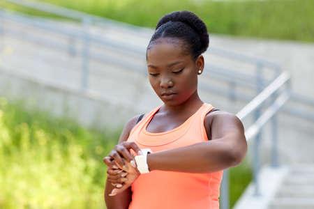 Photo pour african woman with smart watch doing sports - image libre de droit