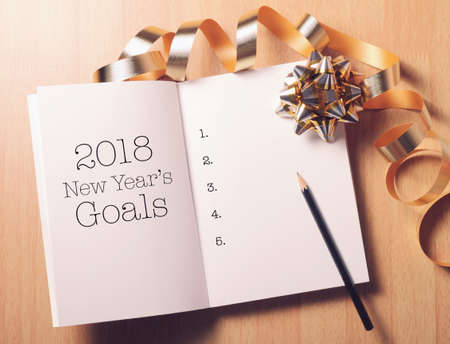 Photo pour Goals 2018 list with decoration.Discover how setting goals can bring more happiness in your life. - image libre de droit