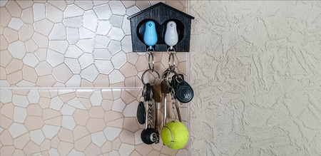 Photo pour Decorative little house with a pigeons for keys - image libre de droit