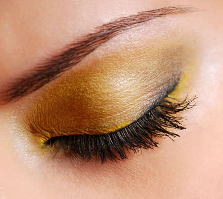Photo pour Fashion make-up — Bright yellow eyeshadow on eyes closed - image libre de droit