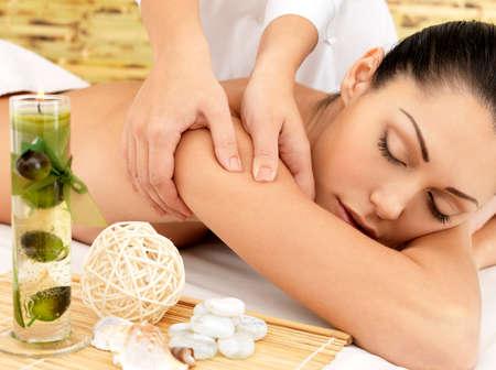 Foto de Woman on spa massage of body in the beauty salon.  - Imagen libre de derechos
