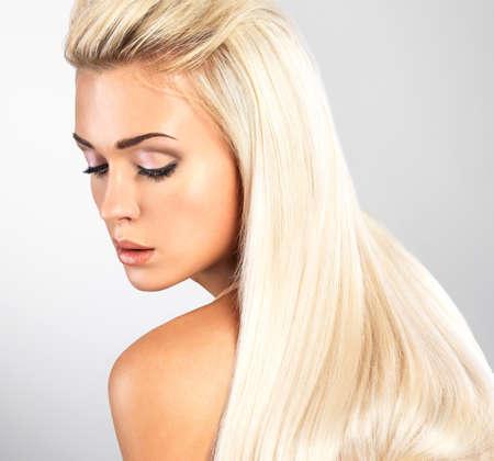 Foto de Beautiful woman with long straight blond hair. Fashion model posing at studio. - Imagen libre de derechos