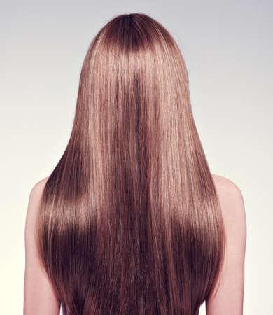 Photo pour Rear view  of the woman with long  hair - studio - image libre de droit