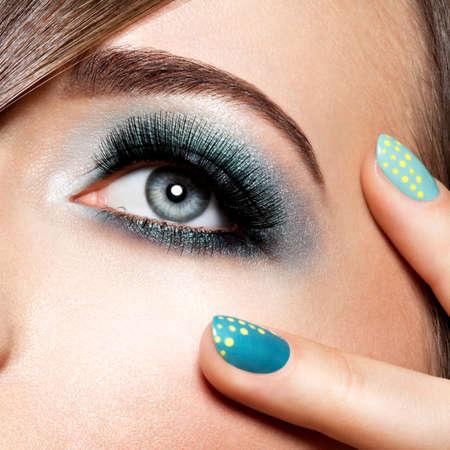 Photo pour woman's eye with turquoise makeup. Long false eyelashes. macro shot - image libre de droit