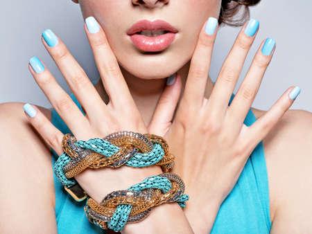 Photo pour woman hands nails manicure fashion blue jewelry. Female hands with blue fingernails - image libre de droit