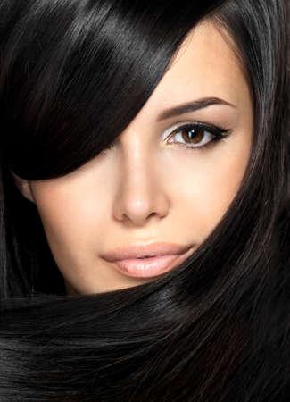 Photo pour Beautiful woman with straight hair. Closeup portrait of a fashion model posing at studio. - image libre de droit