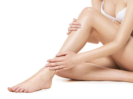 Photo pour Woman legs isolated on white background - image libre de droit