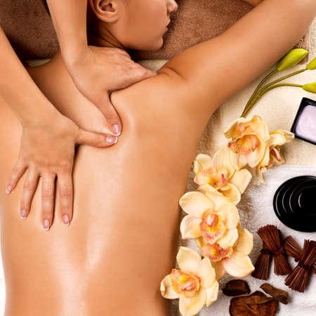 Photo pour Closeup womans healthy body getting massage in the spa salon.  - image libre de droit