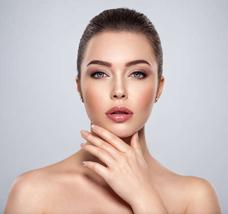 Photo pour Front portrait of the woman with beauty face - isolated. Beauty face of the young beautiful girl  with a  healthy skin. Closeup portrait of an attractive female with a beautiful eyes. Skin care concept. - image libre de droit