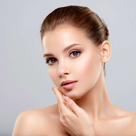 Photo pour Closeup portrait of a  face of the young pretty girl with a healthy skin. Beautiful face of young white woman with a clean skin. Skin care concept. - image libre de droit