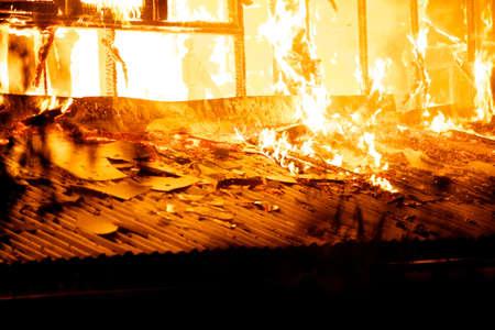 Photo pour House fire in the hot weather. - image libre de droit