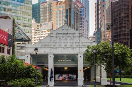 Photo pour Singapore-18 NOV 2017: Raffles place subway entrance building in Singapore CBD - image libre de droit