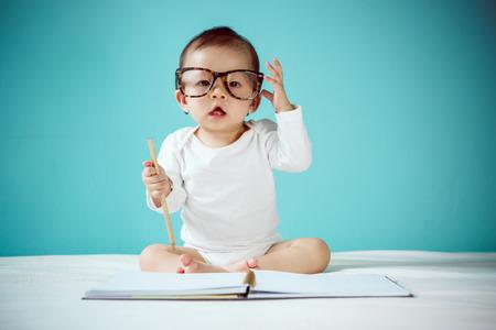 Photo pour Infant child crawl - image libre de droit