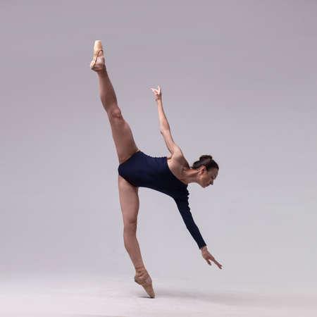 Photo pour beautiful ballet dancer isolated - image libre de droit