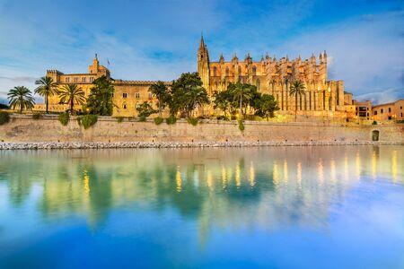 Foto de Cathedral La Seu at blue time, Palma de Mallorca islands, Spain - Imagen libre de derechos