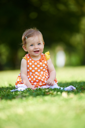 Photo pour happy young baby child sittng on grass on beautiful summer day in park - image libre de droit
