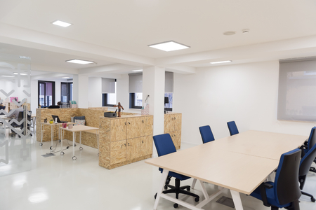 Foto de empty  startup business  office interior with modern computers and furniture - Imagen libre de derechos