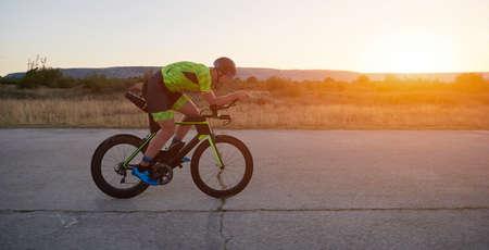 Photo pour triathlon athlete riding a bike - image libre de droit
