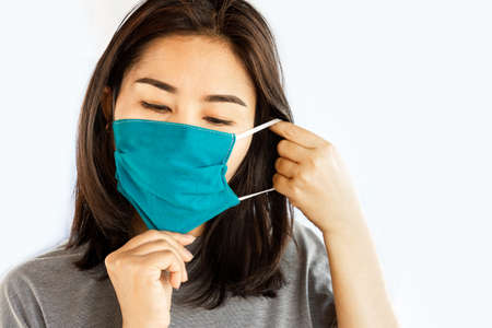 Photo pour Asian woman wearing face mask to protect the dust and virus from flu - image libre de droit