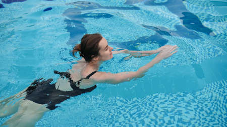Photo pour Young beautiful woman in the swimming pool. - image libre de droit
