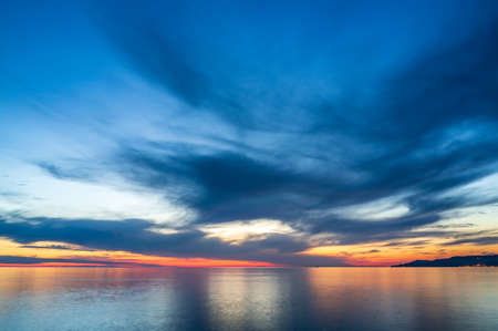 Photo pour Beautiful orange sunset over the sea in a cloudy sky. - image libre de droit