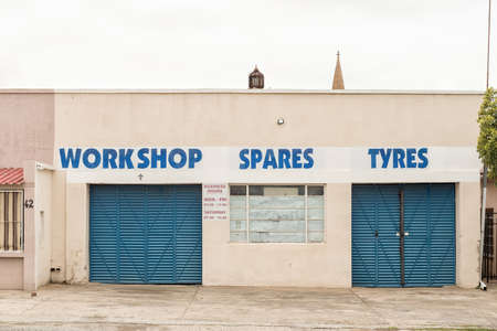 Photo pour WINBURG, SOUTH AFRICA - MARCH 1, 2020: A vehicle workshop in Winburg, a small town in the Free State Province - image libre de droit