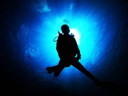 Photo pour Women who enjoy diving in the clean sea - image libre de droit