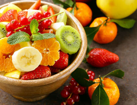 Foto de Fresh organic fruit salad (kiwi, strawberry, banana, currant, apple) - Imagen libre de derechos