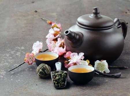 Foto de tea set (teapot, cups and different green tea) - Imagen libre de derechos
