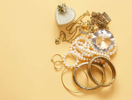 Photo pour Precious jewelry gold and pearls, pendant and chain - image libre de droit