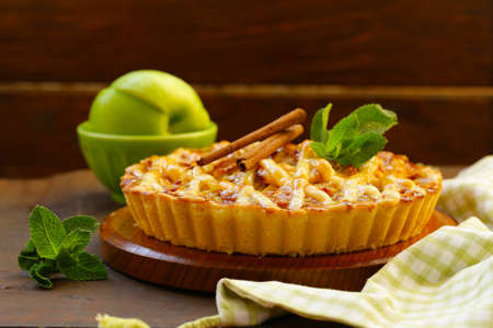 Photo pour traditional apple pie made of puff pastry with cinnamon - image libre de droit