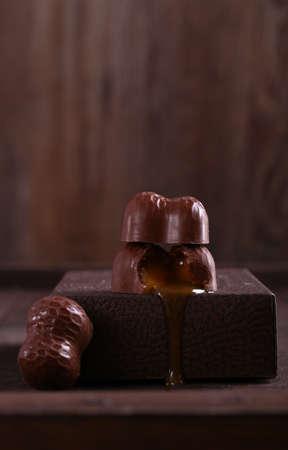 Photo pour chocolate candies pralines with caramel - image libre de droit