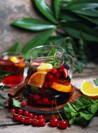 Photo pour fruit berry tea in a glass teapot - image libre de droit