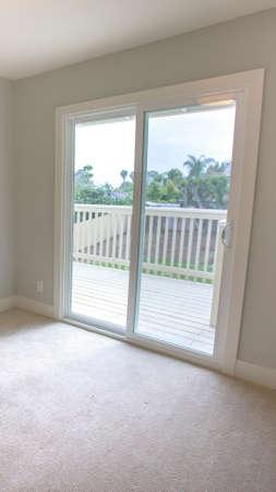 Foto de Vertical frame Empty bedroom in a model home in southern California - Imagen libre de derechos