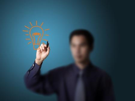 Photo pour business man drawing light bulb - image libre de droit