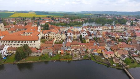 Photo pour Aerial view of colorful buildings with red tile roofs at the medieval square and Old Castle in Telc in Czech Republic - image libre de droit