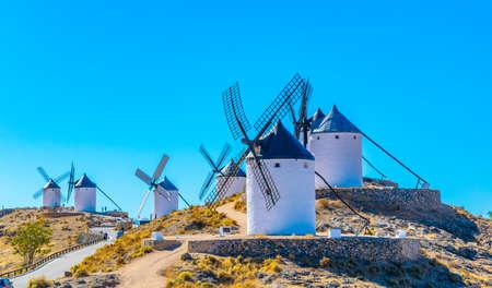 Photo pour Traditional white windmills at Consuegra in Spain - image libre de droit